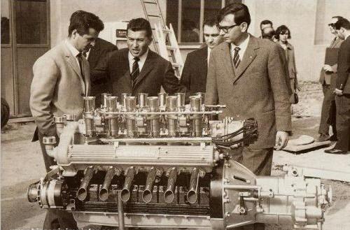 Джотто Биццаррини, Ферруччо Ламборгини и Джан Паоло Даллара рядом с будущим мотором